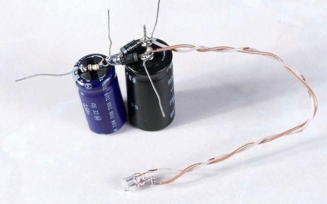 můžete připojit dva kondenzátory