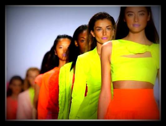 f3a03df381a7d Неон синий цвет. Неоновый цвет в одежде: неон в моде. С чем носить одежду  неоновых цветов: идеи образов.